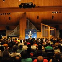 chapel-speaker-crowd